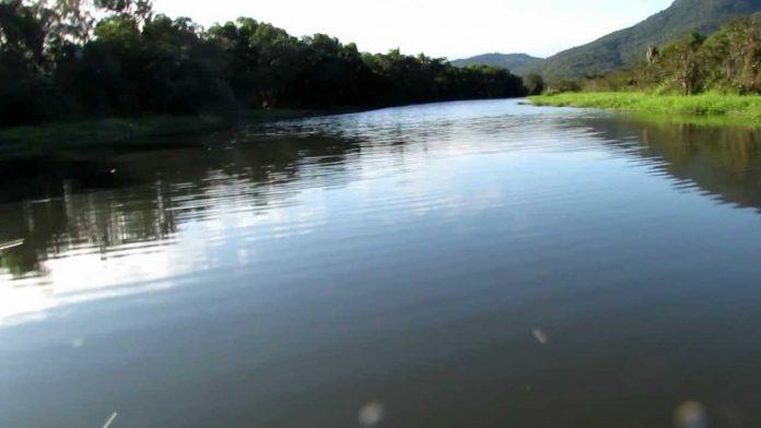 #Pracegover Na foto, céu claro e o rio com as águas calmas