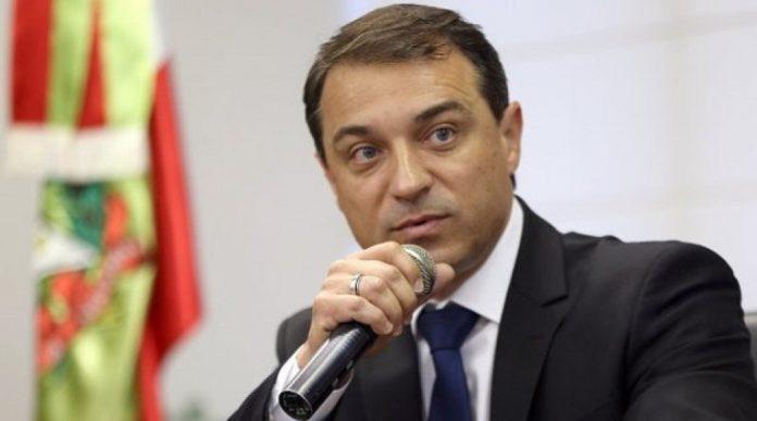 #Pracegover Na foto, Carlos Moisés aparece falando com um microfone na mão