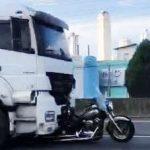 #pracegover Na foto, uma moto embaixo de um caminhão
