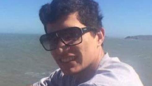 #Pracegover Na foto, Kueven aparece usando óculos escuros e vestido uma camiseta de cor clara