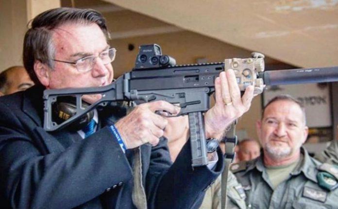 #Pracegover Na foto, Bolsonaro com uma arma de fogo