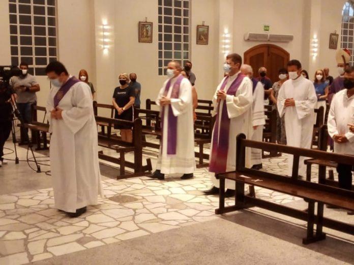 #pracegover Na foto, Padres celebram missa na Catedral de Tubarão