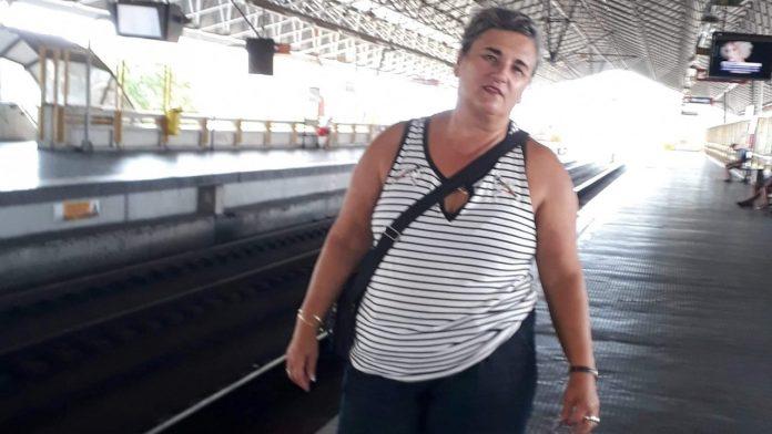 #Pracegover Na foto, Regina aparece aguardando o trem