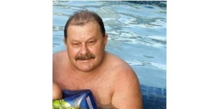 #pracegover Na foto, Clésio aparece em uma piscina