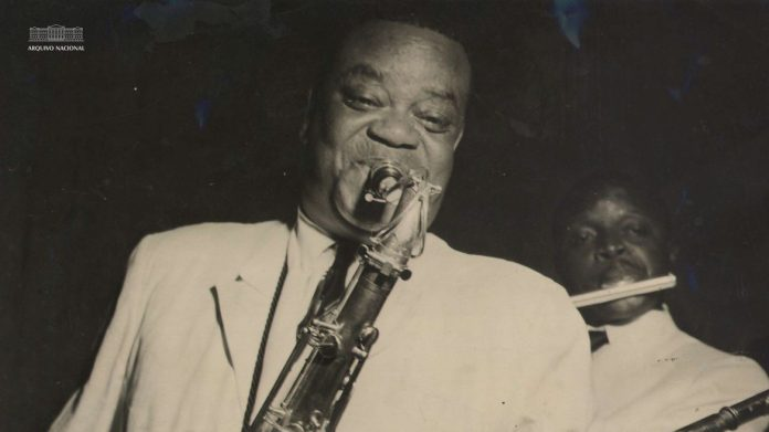 #Pracegover Na foto, homem aparece tocando saxofone