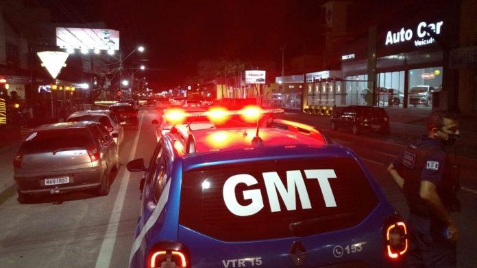 #Pracegover Na foto, viatura da Guarda Municipal fazendo ronda noturna