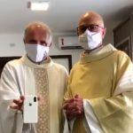 #pracegover Na foto, padres estão fazendo vídeos para o Reels do Instagram