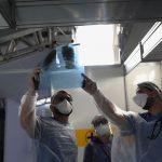 #pracegover Na foto, Médicos observam exame de paciente