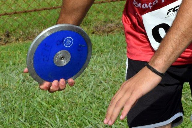 #Pracegover Na foto, atleta segurando um disco antes de arremessar