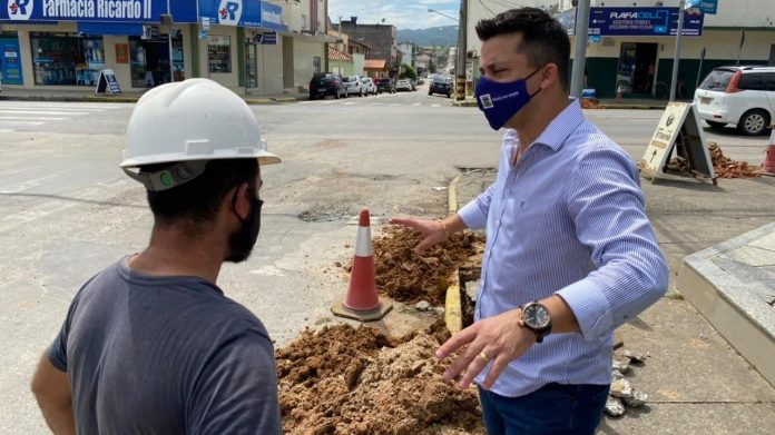 #pracegover Na foto, Prefeito Beto aparece durante obra na cidade