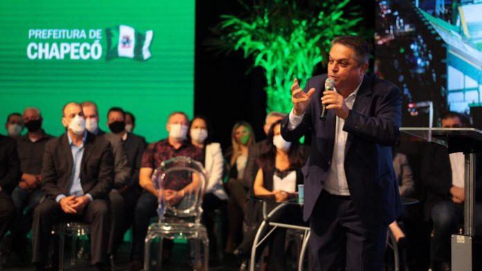 #Pracegover Na foto, Prefeito João Rodrigues em um discurso acalorado, em cima de uma palco