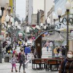 #Pracegover Na foto, pessoas caminhando no Centro de Florianópolis