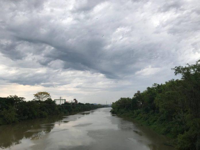 #Pracegover Na foto, Rio Tubarão sob um céu nublado
