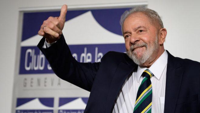 #pracegover Na foto, Lula aparece cumprimentando o público