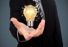 #Pracegover Na foto, um pessoa segurando uma lâmpada simbolizando geração de ideias