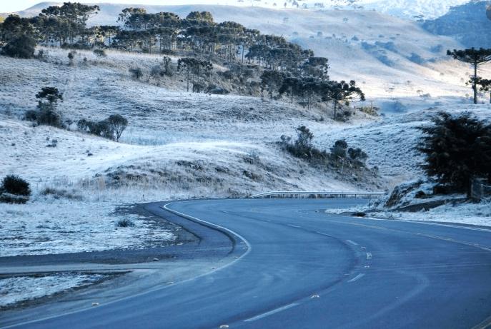 #Pracegover Na foto, estrada sinuosa e coberta pela geada