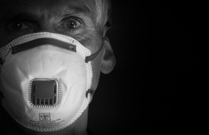 #Pracegover Na foto, homem usando uma máscara