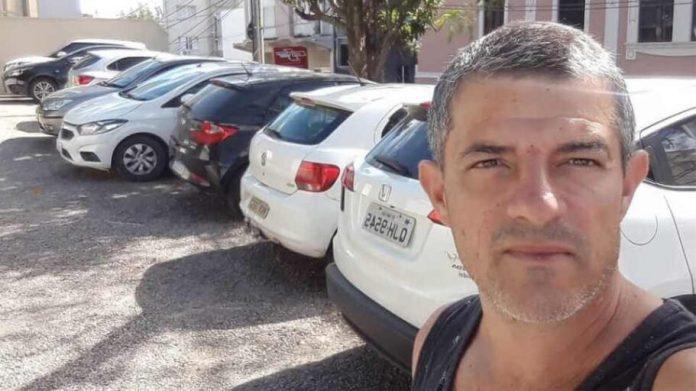 #Pracegover Na foto, Rodrigo aparece fazendo selfie em frente a vários carros estacionados