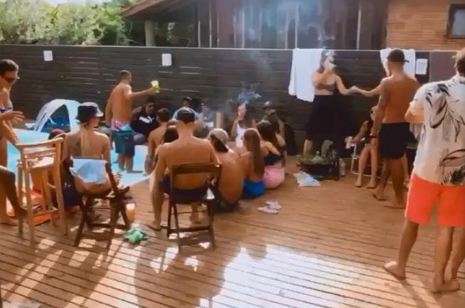 #pracegover Na foto, pessoas aglomeradas em volta de uma piscina