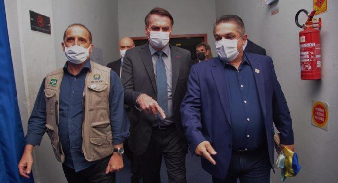 #pracegover Na foto, Onix Lorenzoni, da Secretaria Geral da Presidência, Presidente Jair Bolsonaro e o prefeito de Chapecó João Rodrigues