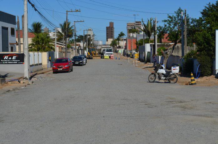 #Pracegover Foto: na imagem há uma rua, carros, construções e pessoas