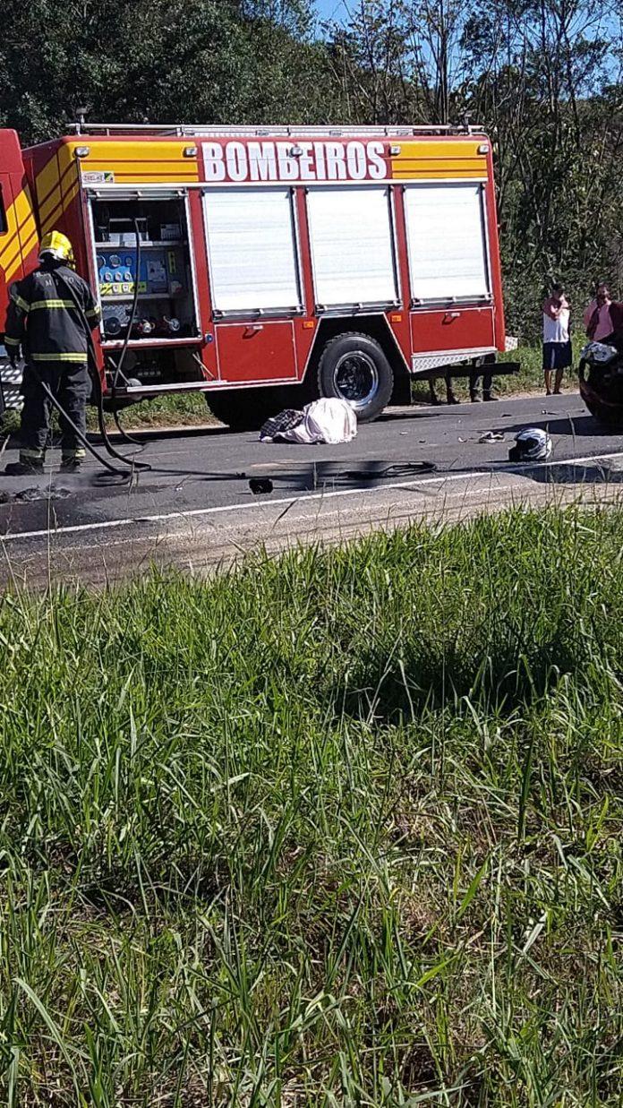 #Pracegover Foto: na imagem há um caminhão do corpo de bombeiros, uma via e profissionais do Corpo de Bombeiros
