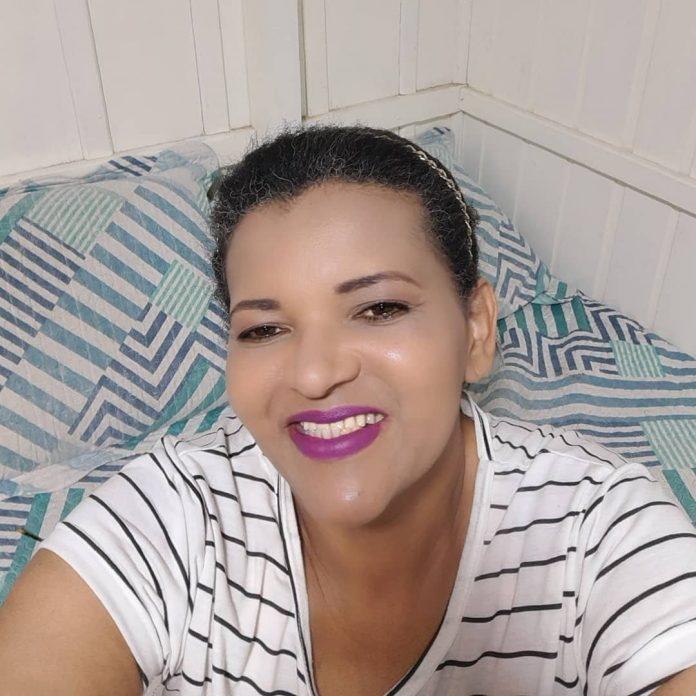 #Pracegover Foto: na imagem há uma mulher sorrindo
