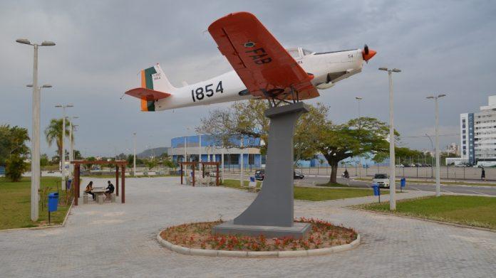 #Pracegover Na foto, avião içado em pedestal