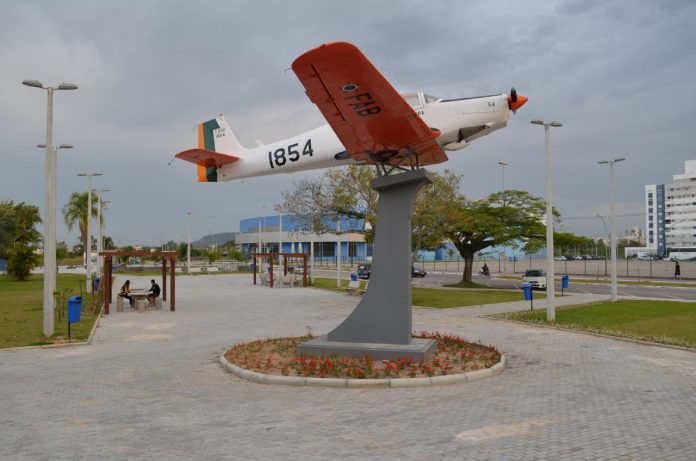 #Pracegover Foto: na imagem há uma aeronave em uma praça