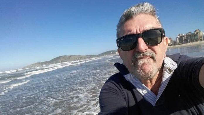 #Pracegover Na foto, Eli aparece fazendo selfie na praia