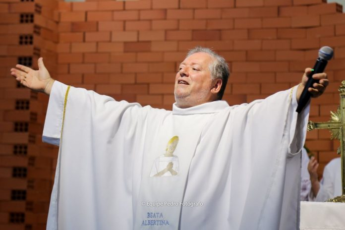#Pregover Foto: na imagem há um homem de roupa branca e de braços abertos
