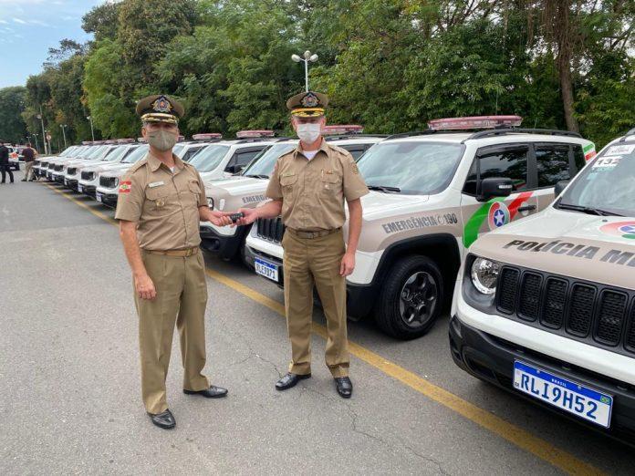 #Pracegover Foto: na imagem há carros da PM e policiais militares