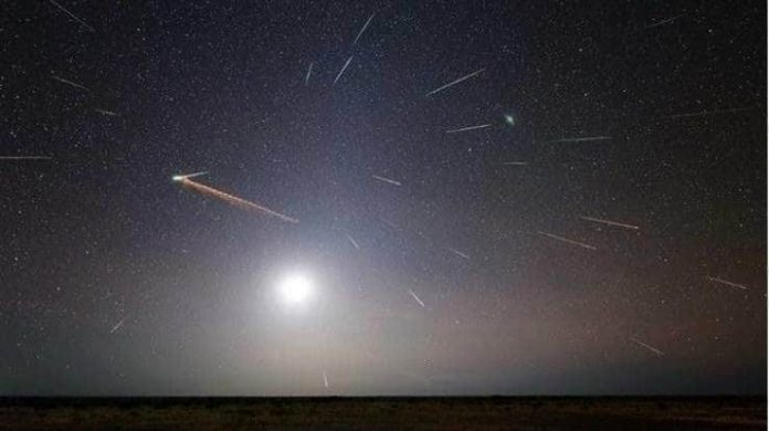 #Pracegover Na foto, chuva de meteoros, céu estrelado e a lua