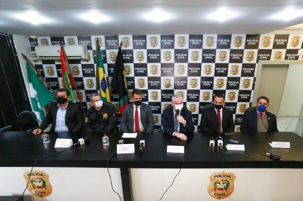 #Pracegover Foto: na imagem há cinco homens em uma coletiva