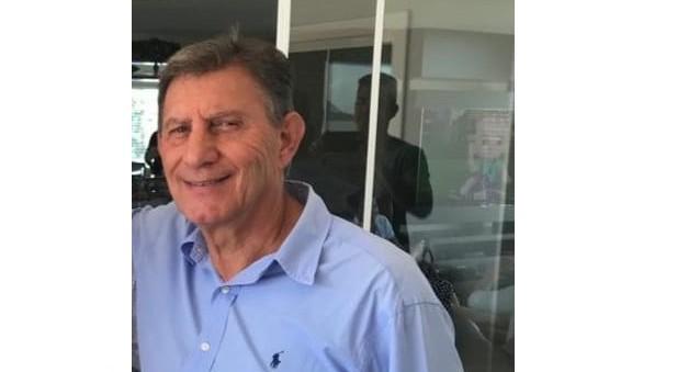 #Pracegover Na foto, Dinho Genovez aparece sorrindo, está vestindo uma camisa azul clara