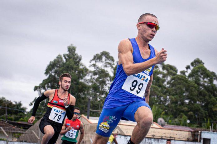 #Pracegover Foto: na imagem há homens correndo
