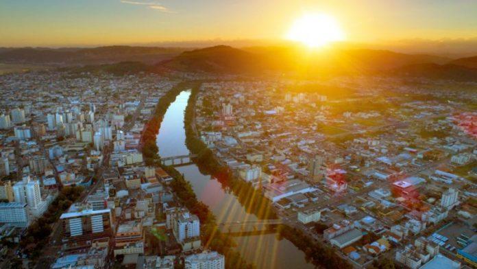 #Pracegover Na foto, vista panorâmica de Tubarão, detalhe para o rio que corta a cidade