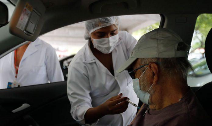 #Pracegover Na foto, idoso recebendo vacina na braço