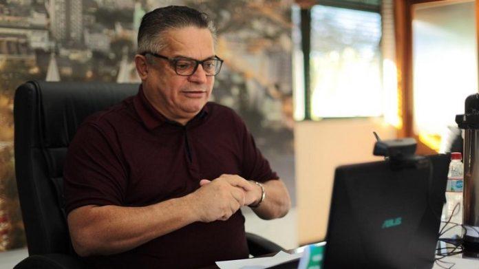 #Pracegover Na foto, João Rodrigues aparece em frente ao computador durante conferência online