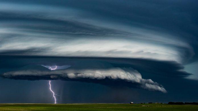 #Pracegover Na foto, aproximação de uma tempestade, nuvem carregada e raios