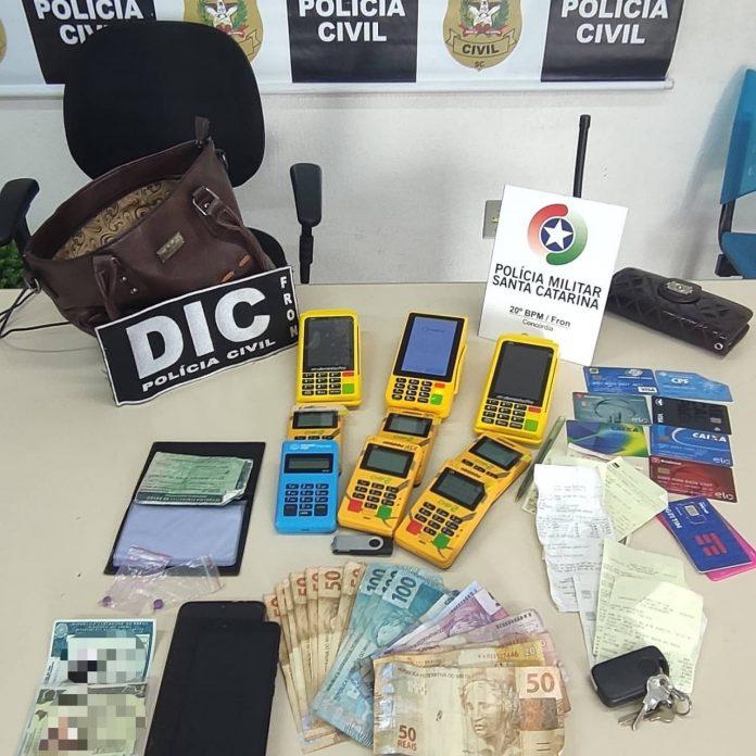#Pracegover Foto: na imagem há dinheiro, celulares e máquinas de cartão