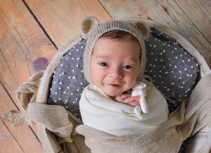 #Pracegover Foto: na imagem há um bebê
