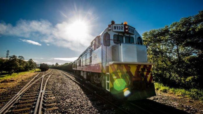 #Pracegover Na foto, trilho e trens