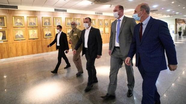 #Pracegover Na foto, Governador caminhando no hall de entrada da Alesc acompanhado de outros 4 homens
