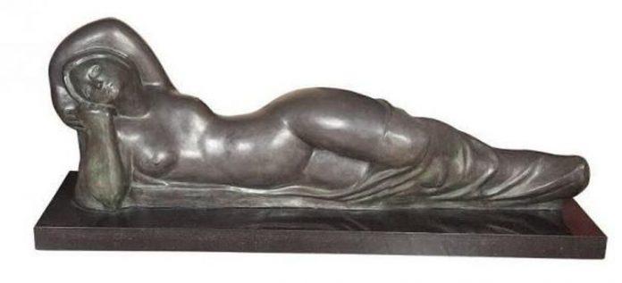 #Pracegover Na foto, Escultura A Mulher Deitada, de Alfredo Ceschiatti