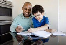 #Pracegover Na foto, pai ensinando filho em casa