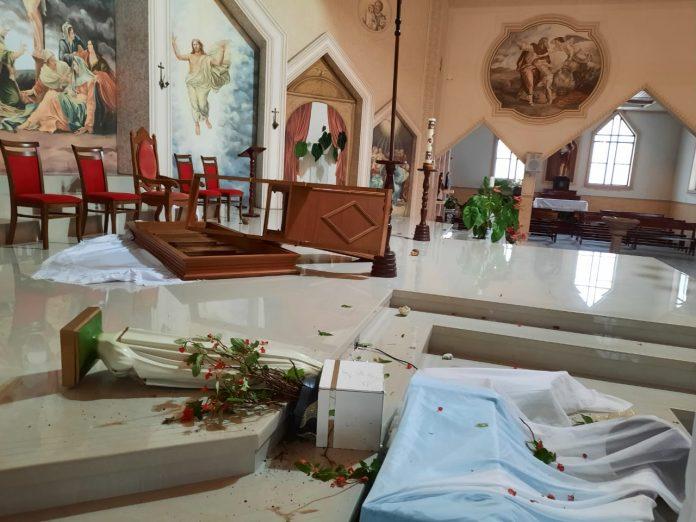 #Pracegover Foto: na imagem há um altar de igreja que sofreu um ato de vandalismo