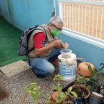 #Pracegover Na foto, homem analisa armadilha para o mosquito