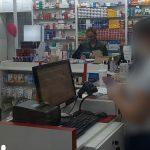 #Pracegover Na foto, fiscal dentro uma farmácia