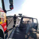 #PPracegover Foto: na imagem há um bombeiro, um caminhão e um carro destruído pelo fogo